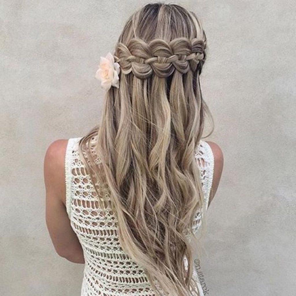 trenzas a los lados con pelo suelto
